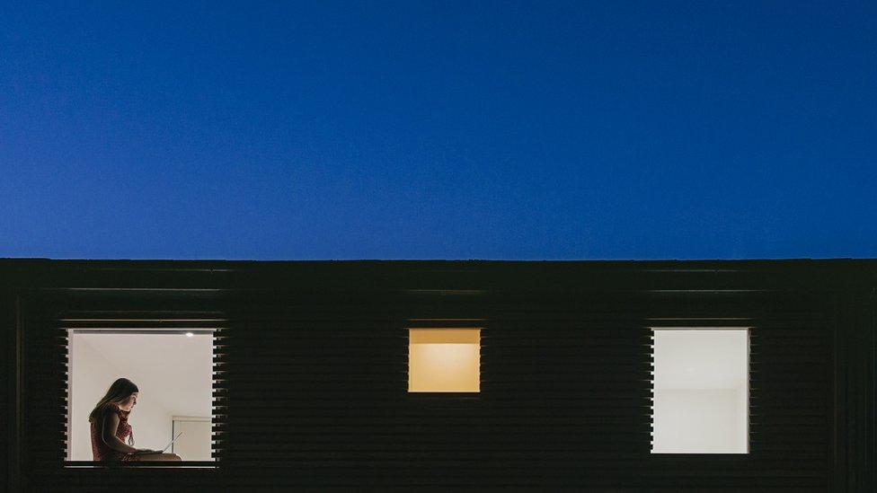 Mulher vista por janela