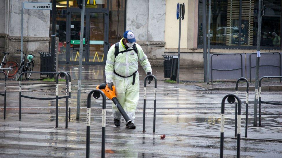 Las calles de algunas ciudades italianas están siendo desinfectadas.