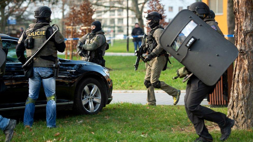 Ostrava Eğitim Hastanesi'ndeki saldırının ardında olay yerine gönderilen silahlı polisler.