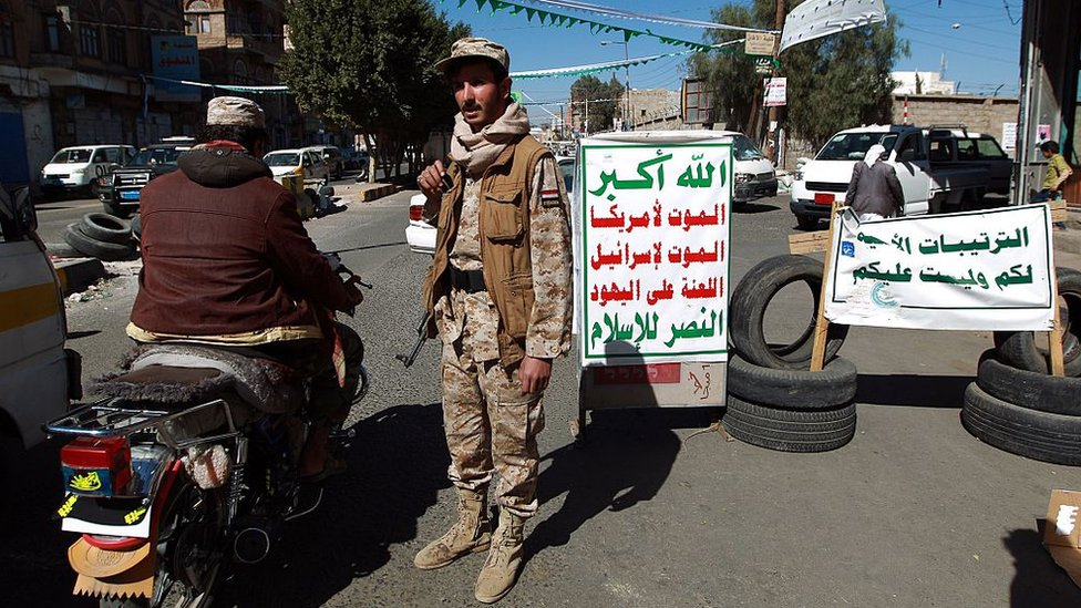A Houthi rebel fighter mans a checkpoint in Sanaa, Yemen (27 December 2014)