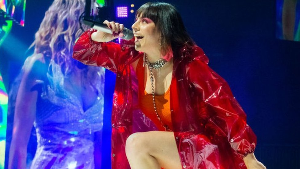 BBC News - Anne-Marie and Charli XCX 'want fans to love their bodies'