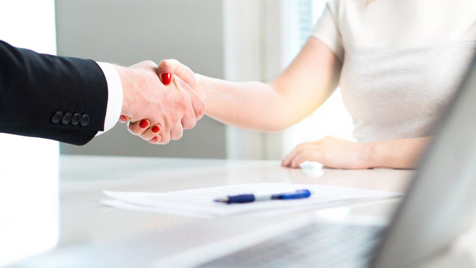 Personas dándose la mano
