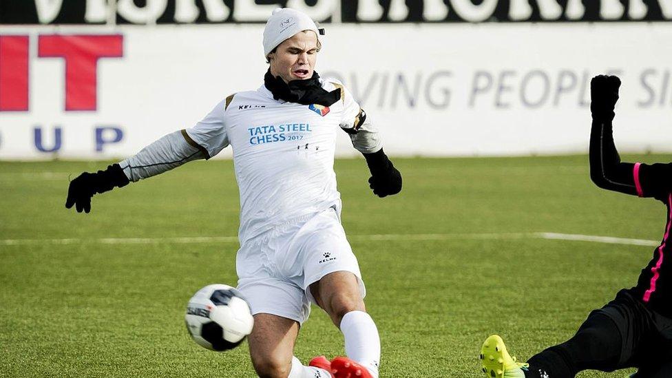 Magnus jugando fútbol
