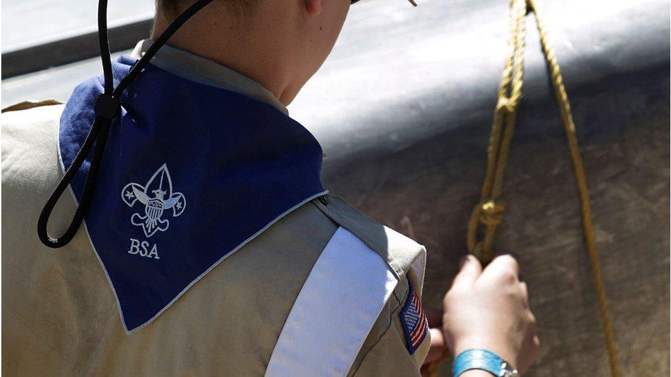 Un miembro de los Boy Scout trabaja en un campamento en Maple Dell el 31 de julio, Utah.