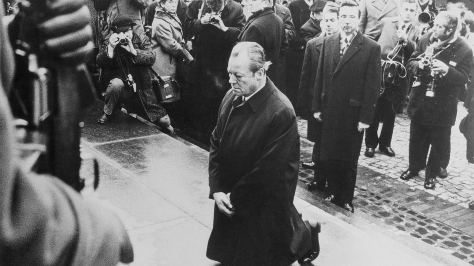 زعيم الحزب الاشتراكي الديمقراطي فيلي برانت يجثو أمام نصب تذكاري لضحايا النازية من اليهود في وارسو