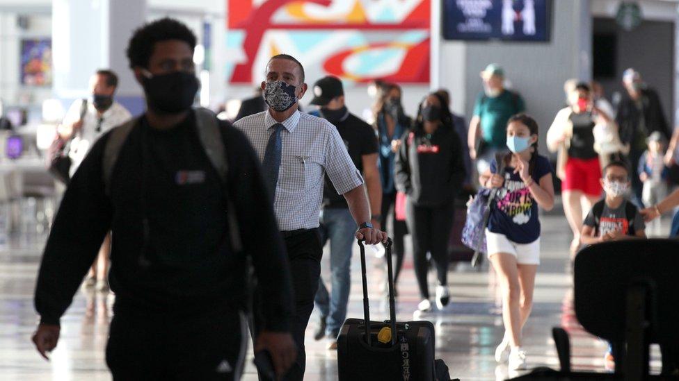 مسافرون في مطار في هيوستون في الولايات المتحدة