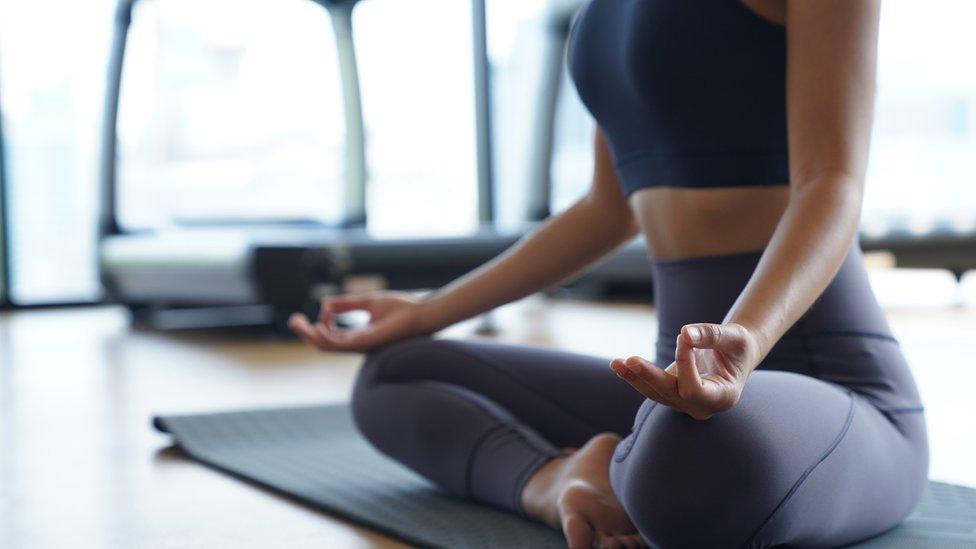 Mujer en posición de meditación.