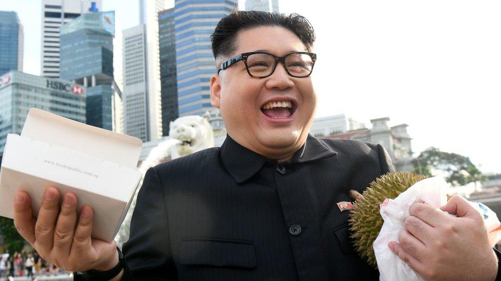 Howard X como Kim Jong-un