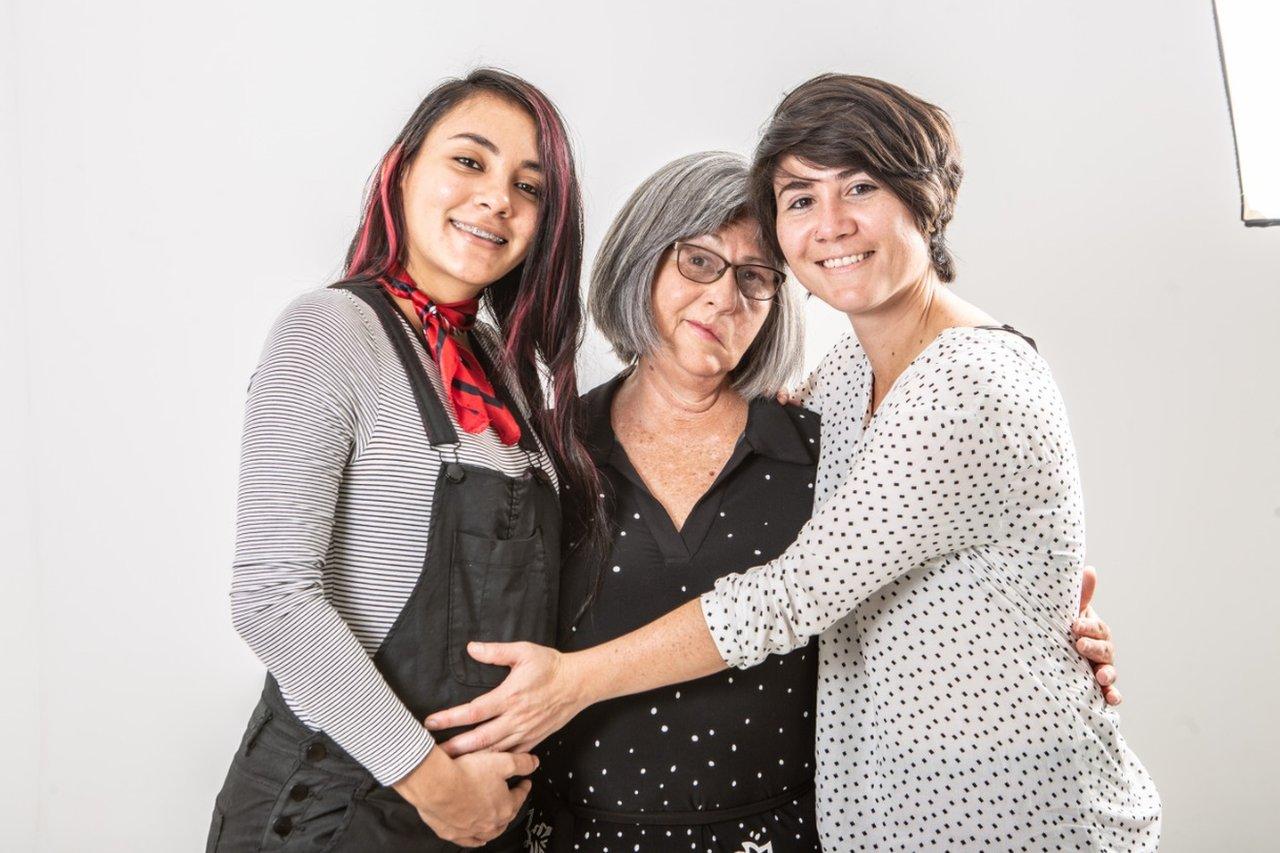 En esta foto, Daritzia estaba embarazada de su hijo. En la foto ambas están junto a Alice Castillo, madre de Alexandra.