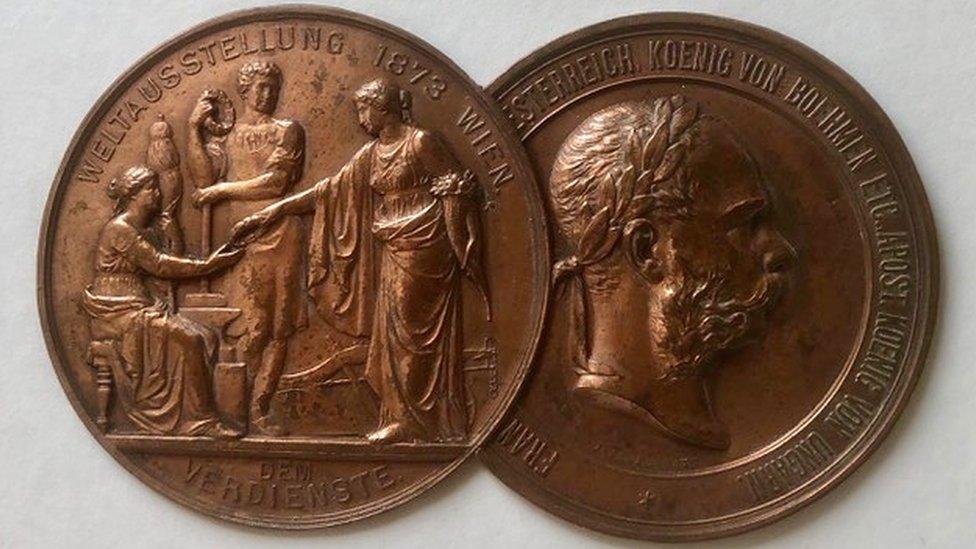 Medalla que ganó Pryce Jones en la Feria de Viena de 1873.