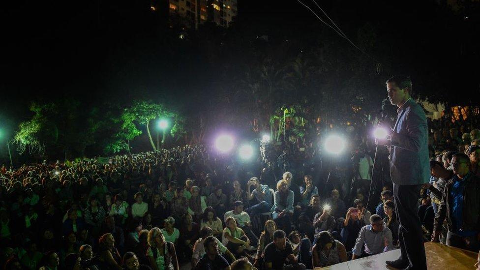رئيس الجمعية الوطنية في فنزويلا خوان غوايدو أثناء خطابه أمام حشد كبير من مؤيديه في العاصمة الفنزويلية كاراكاس. 23 يناير/كانون الثاني 2019