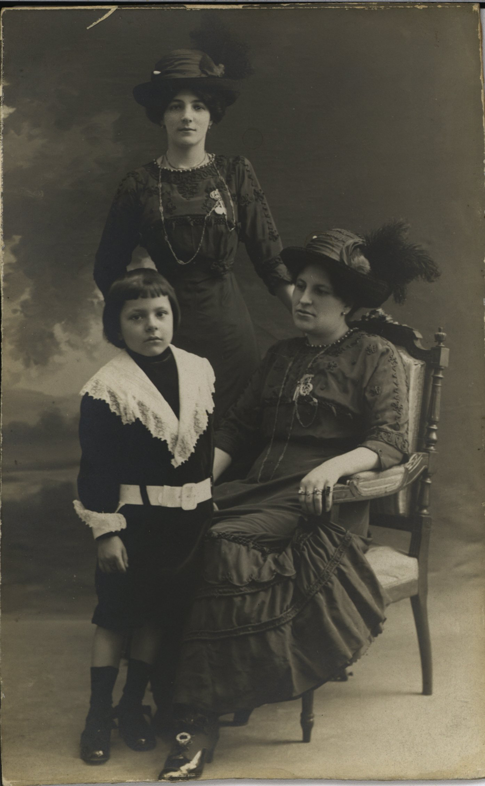 Francisca Sánchez (sentada) con su hijo Rubén Darío Sánchez y su tía María Sánchez.