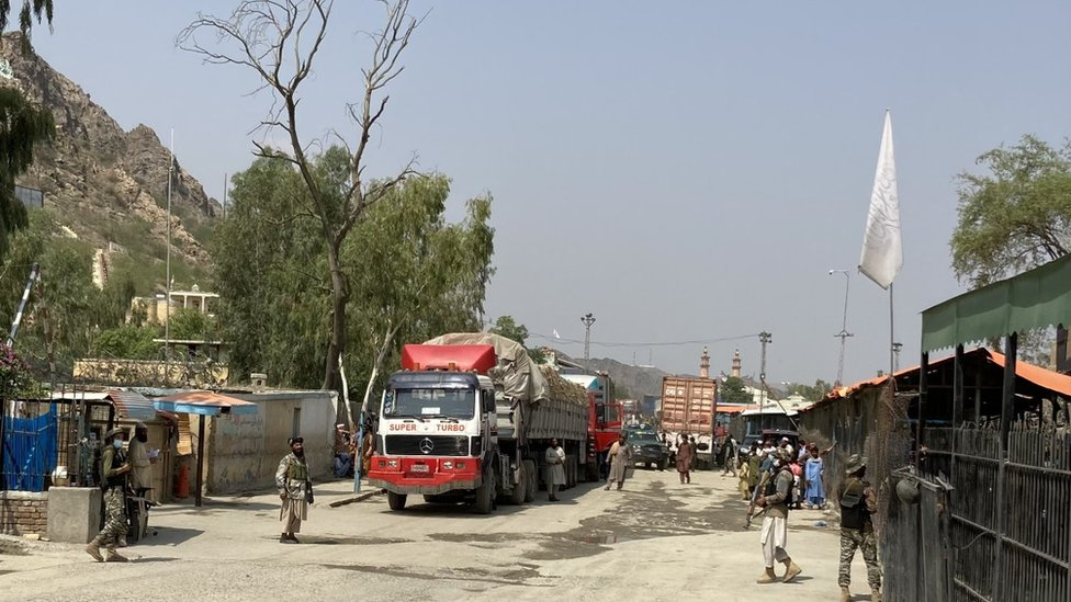 الجنود الباكستانيون وطالبان وجهاً لوجه عبر الحدود