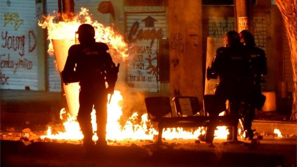 Un incendio en una protesta contra la policía