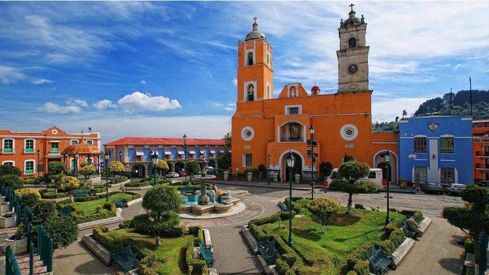 Real del Monte di Meksiko, dengan atap merah miring dan taman yang terawat mengingatkan pada Inggris.