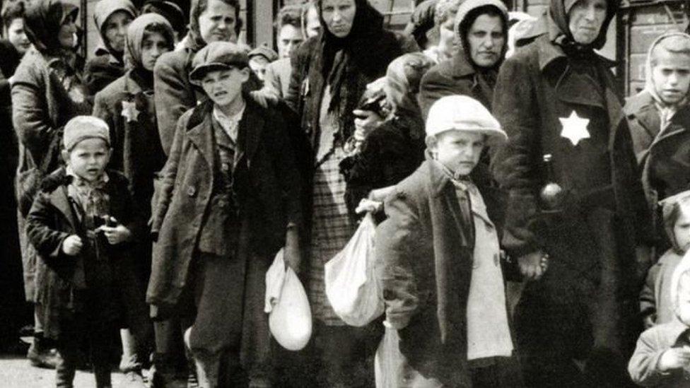 يهود إبان الحكم النازي بعضهم يرتدي الشارة المميزة