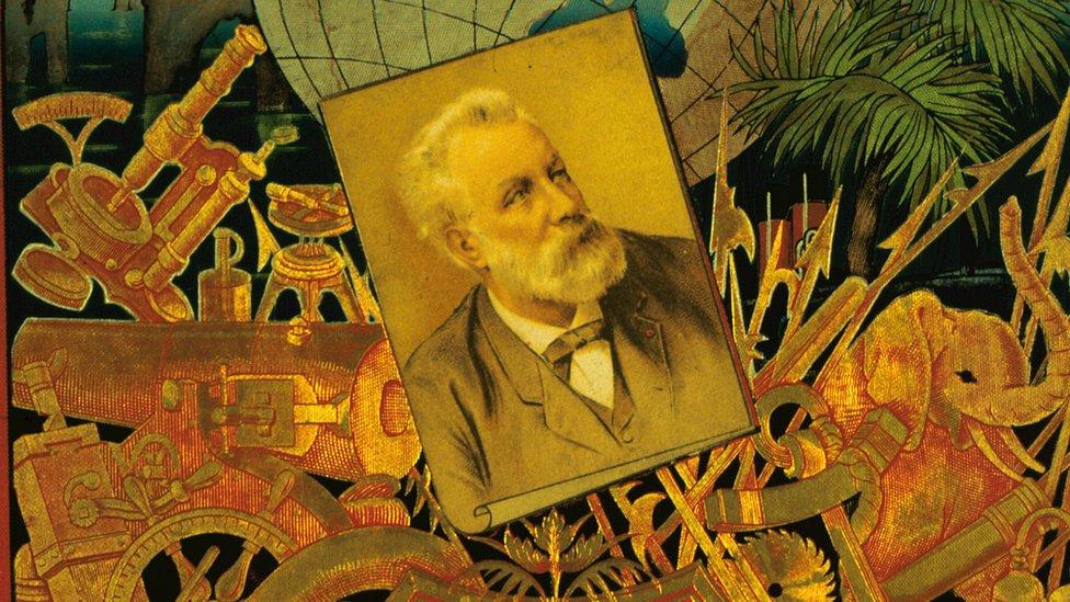 Detalle de portada de libro de Jules Verne con su foto