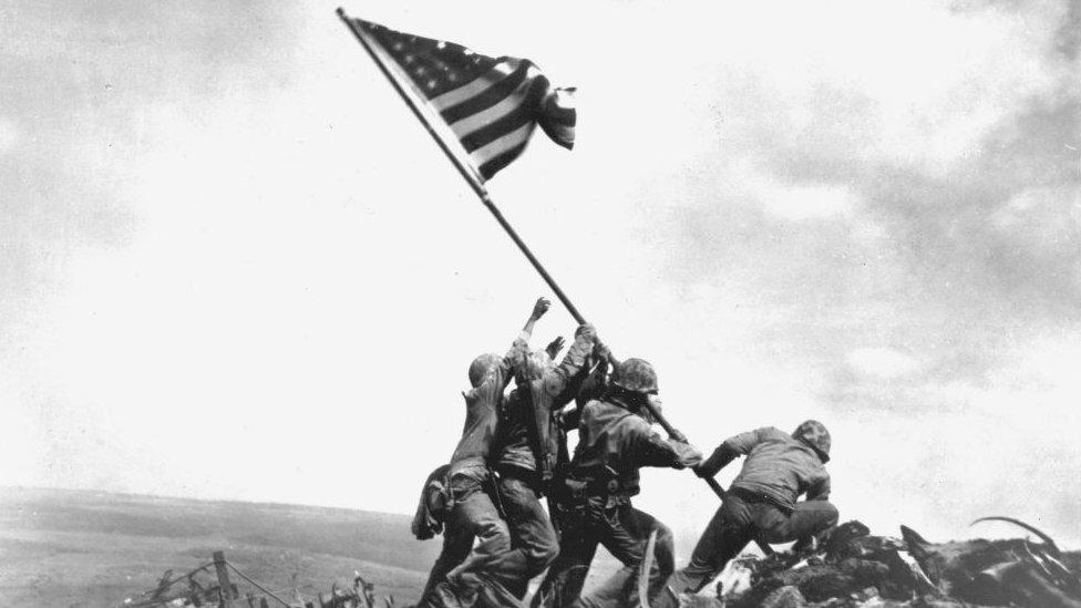 Američki marinci podižu zastavu na Ivo Džimi jednoj najrkvavijih bitaka u Drugom svetskom ratu