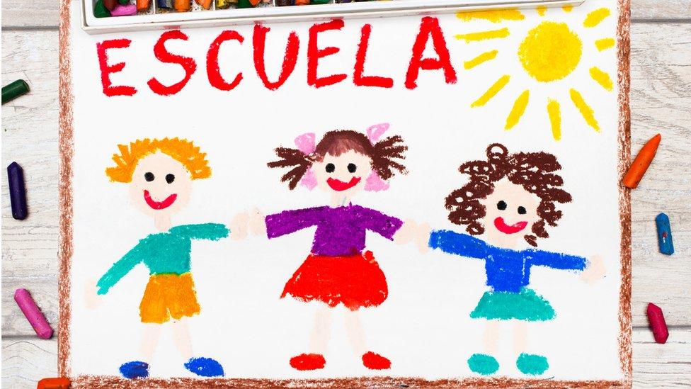 Dibujo de una escuela y niños.