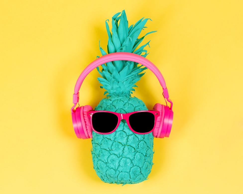 pembe bir kulaklıkla yeşil ananas