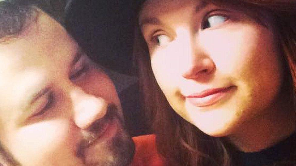Jaclyn y su esposo fallecido Jason.