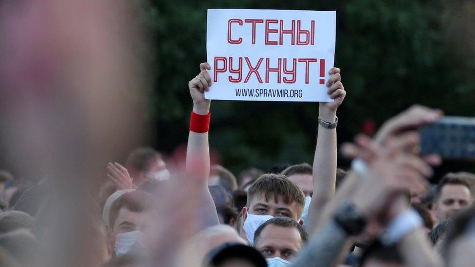 """Песня всех протестов. Каталонские """"Стены"""" через всю Европу добрались до Беларуси"""