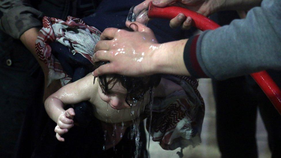 Spiranje hemikalija sa tela pacijenta šmrkom u Dumi 7. aprila2018.