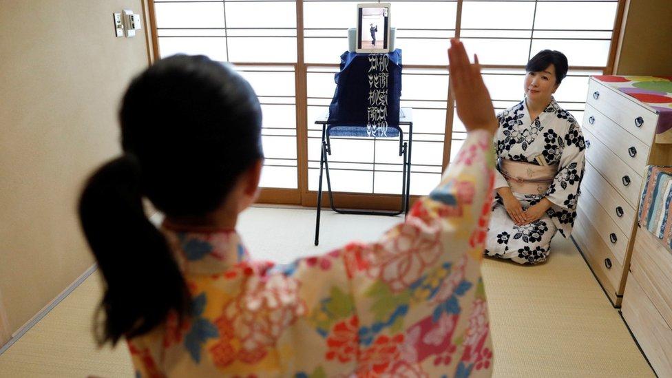 Japonya'da iki kadın internet üzerinden geleneksel dans dersi alırken