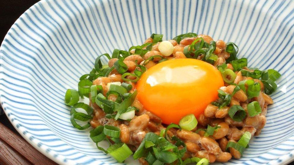 Natto con huevo.