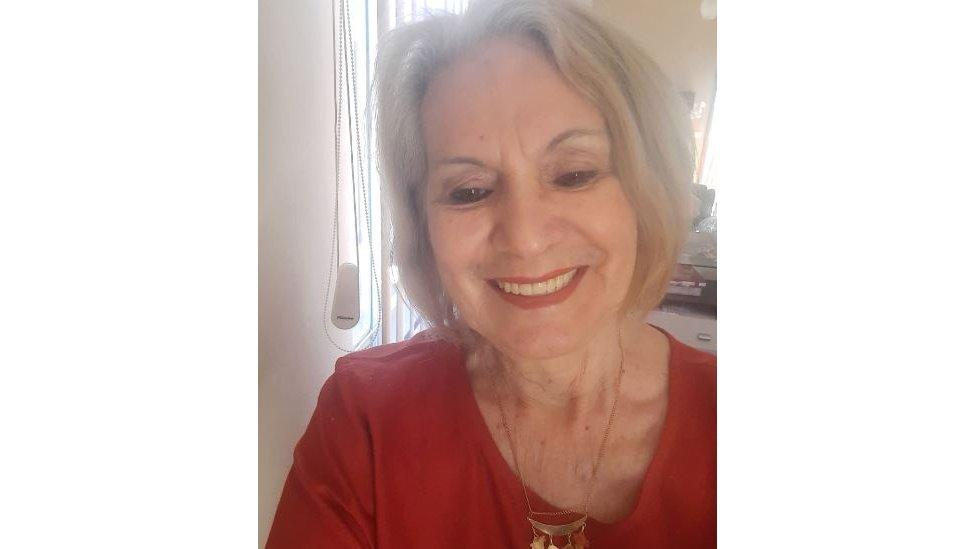 Maria posa sorridente para selfie