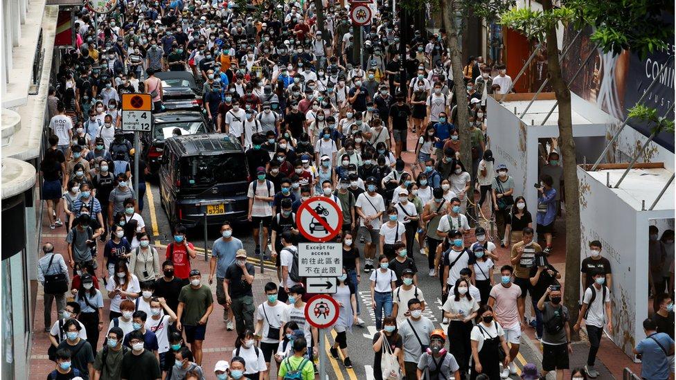 Manifestantes contra a lei de segurança internacional marcham no aniversário da entrega de Hong Kong à China, em Hong Kong, 1 de julho de 2020