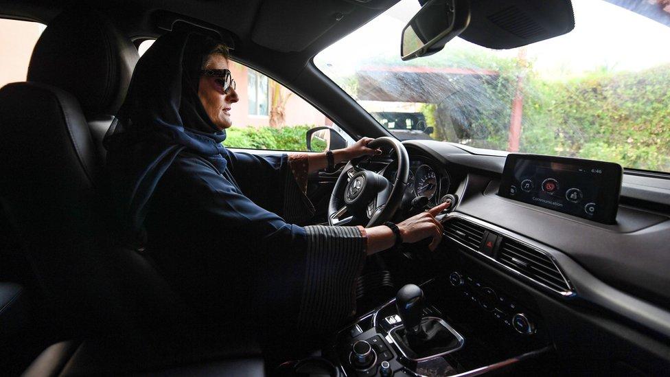 Mujer conduciendo un auto en Arabia Saudita