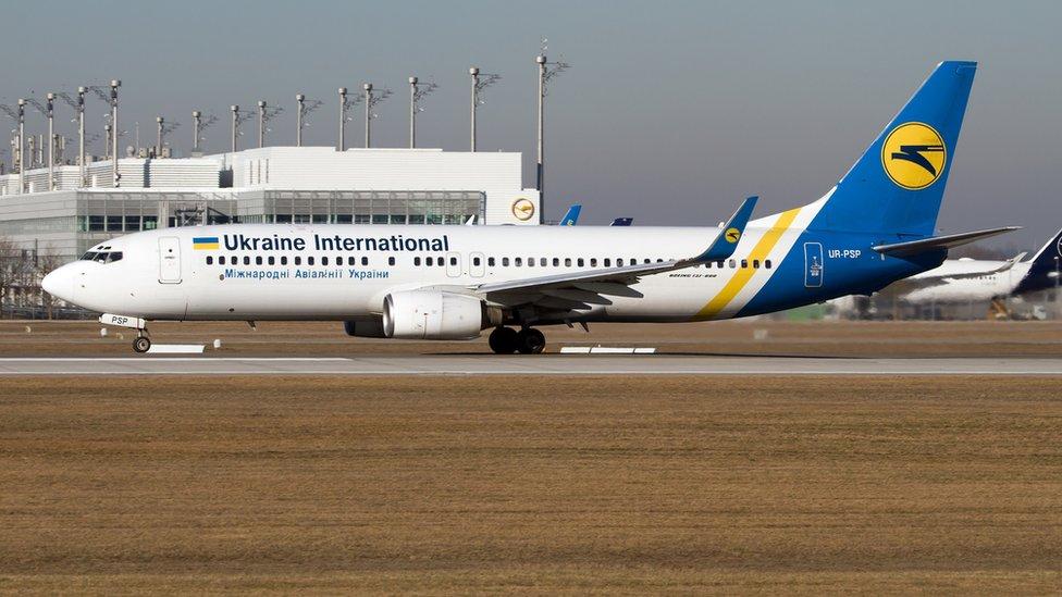 一架烏克蘭國際航空波音737-800客機在德國慕尼克機場上滑行(16/2/2019)