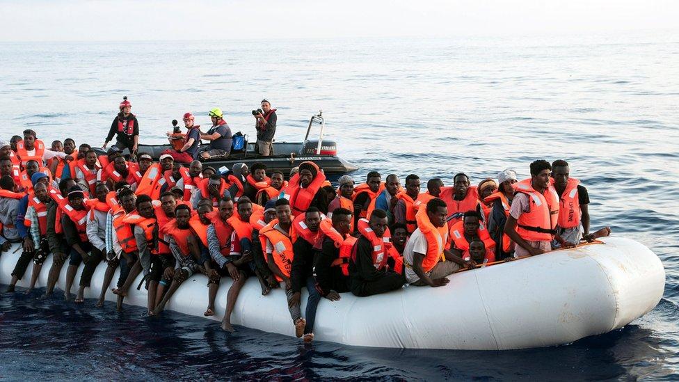 Migranti u gumenom čamcu, zaputili su se ka spasilačkom brodu Lajflajn
