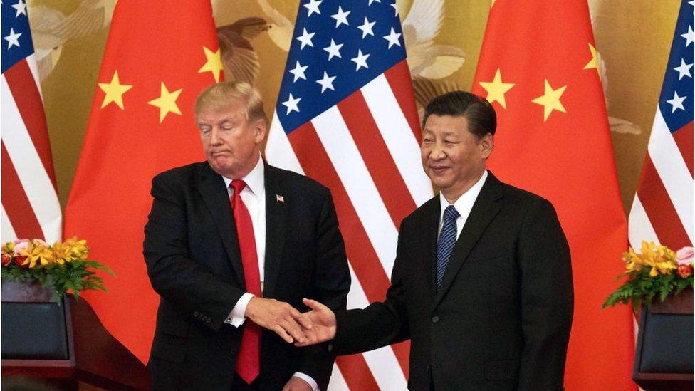 الرئيس الأمريكي دونالد ترمب والرئيس الصيني شي جين بينغ يتصافحان ممتعضين