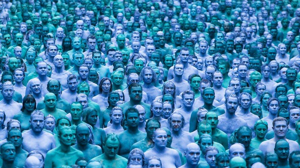 في عام 2016، شارك مئات الأشخاص في عمل فني للفنان تونيك سبنسر وهم عراة