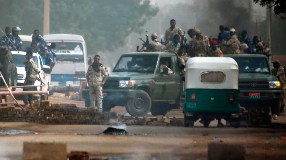 Sudanese forces are deployed around Khartoum's army headquarters on June 3, 2019 as they try to disperse Khartoum's sit-in. - At least two people were killed Monday as Sudan's military council tried to break up a sit-in outside Khartoum's army headquarters, a doctors' committee said as gunfire was heard from the protest site.
