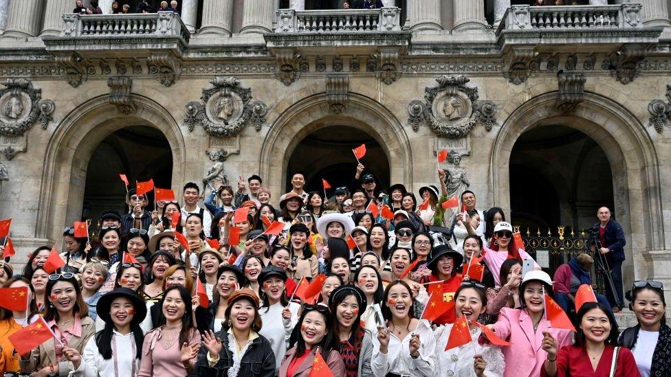 سياح صينيون في باريس