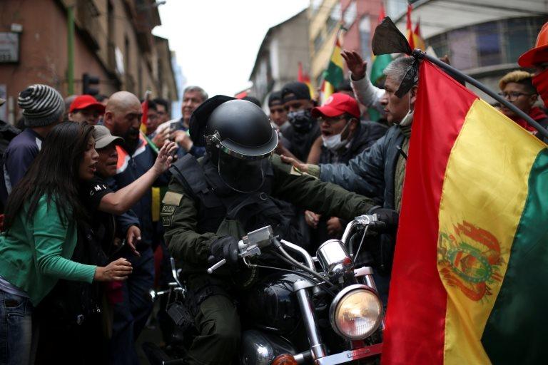 Başkent La Paz'da polis memuruna destek çıkan protestocular