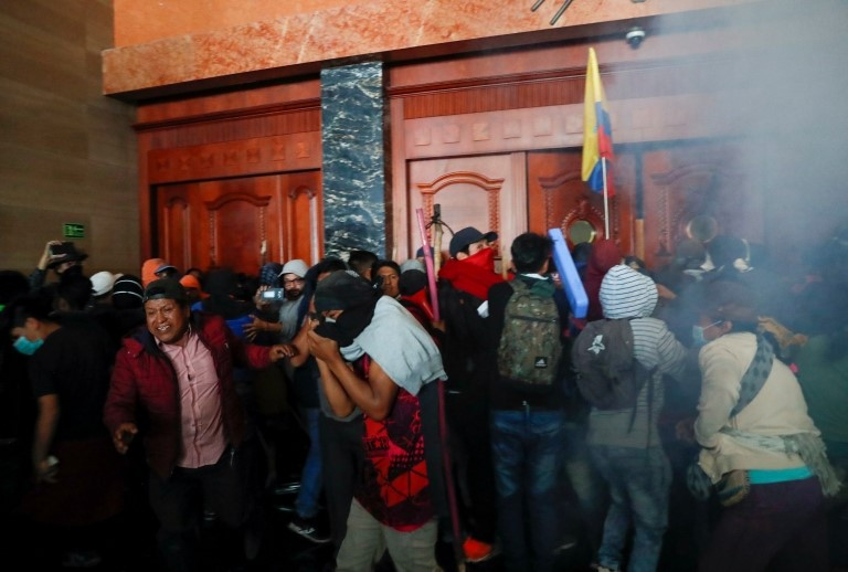 Manifestantes intentan cerrar las puertas del Congreso