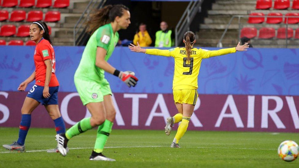 Kosovare Asllani, jugadora de la selección sueca de fútbol femenino, celebra su gol ante Chile