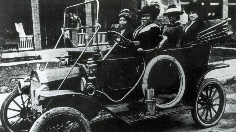 C.J. Walker en su auto.