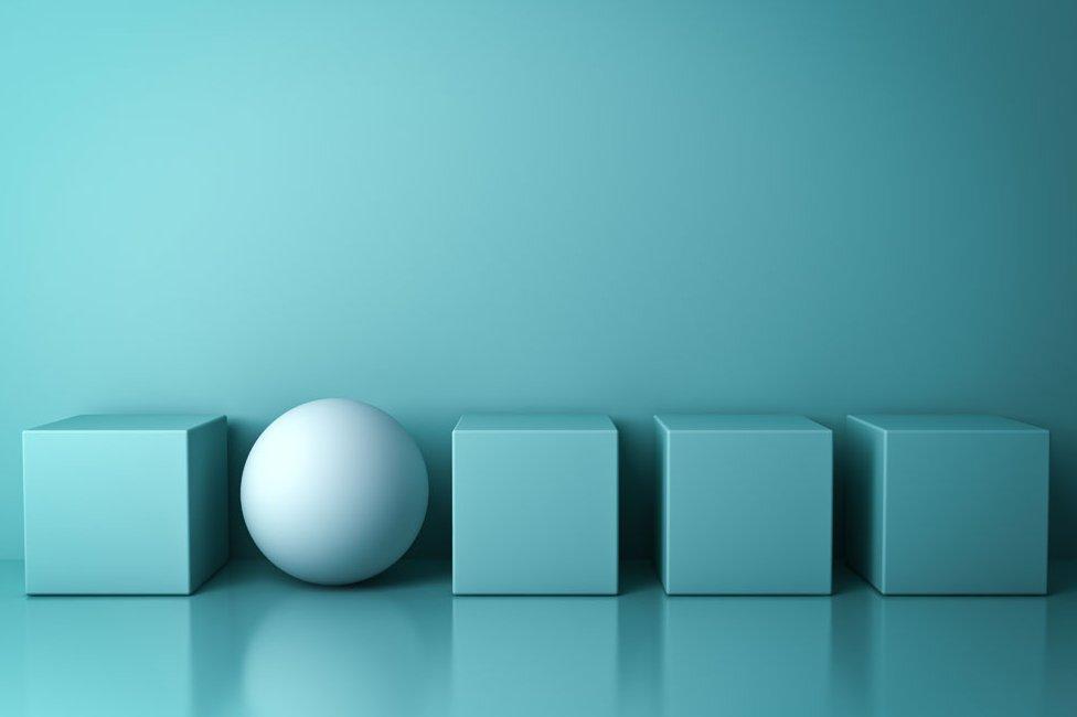 Bola y cubos verdes