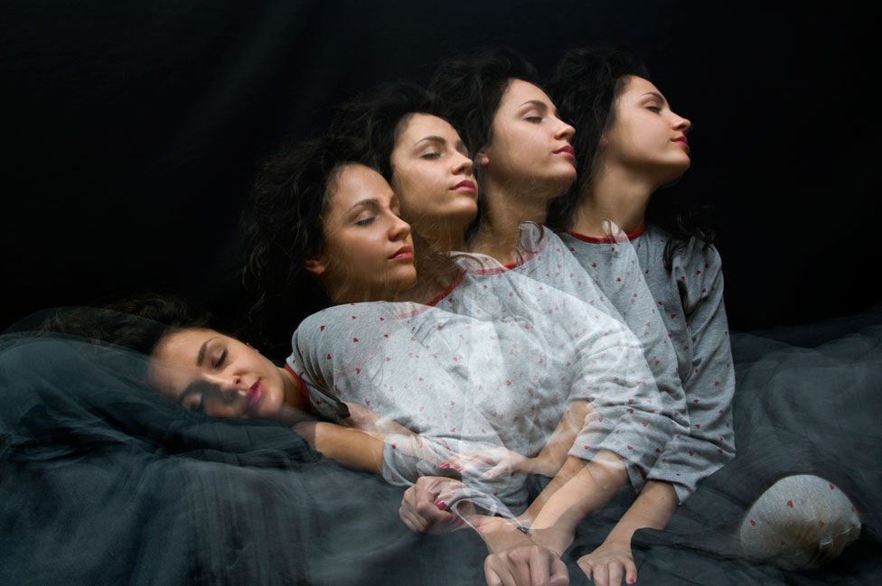 Mujer dormida que se despierta