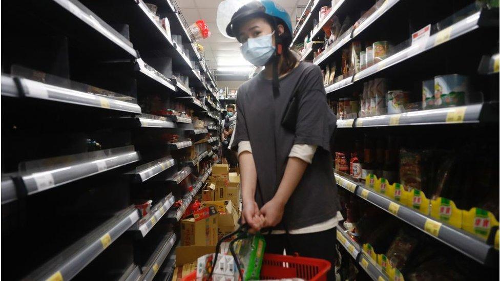 超市消費者忙著採購