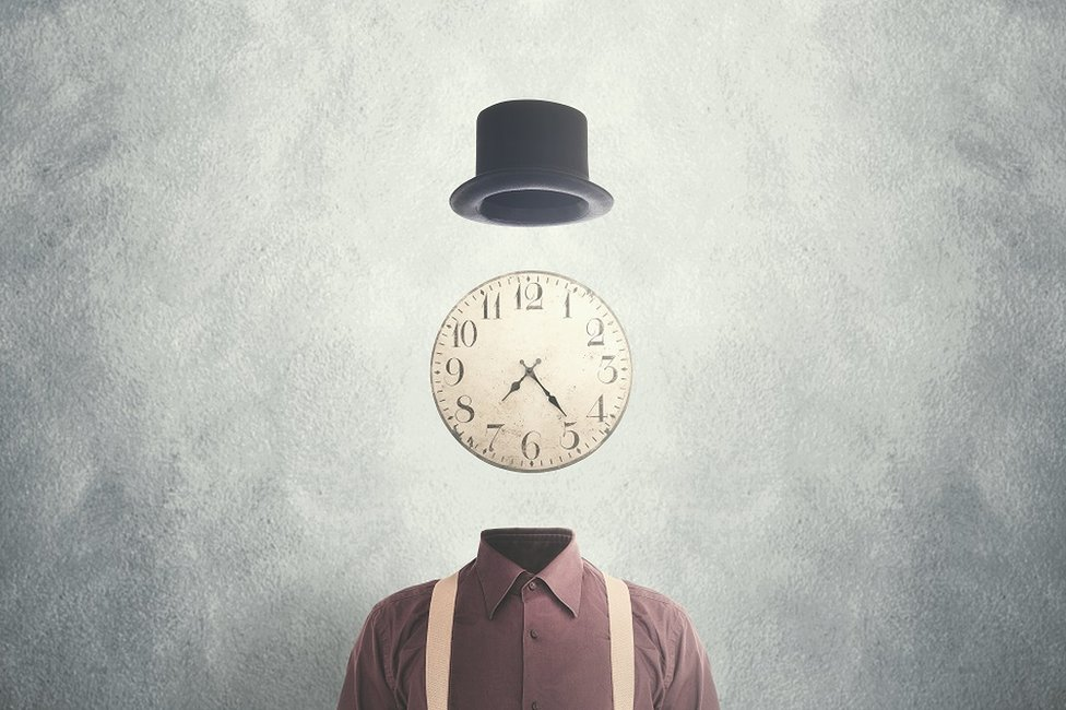 Una ilustración que muestra una camisa con un reloj y un sombrero.