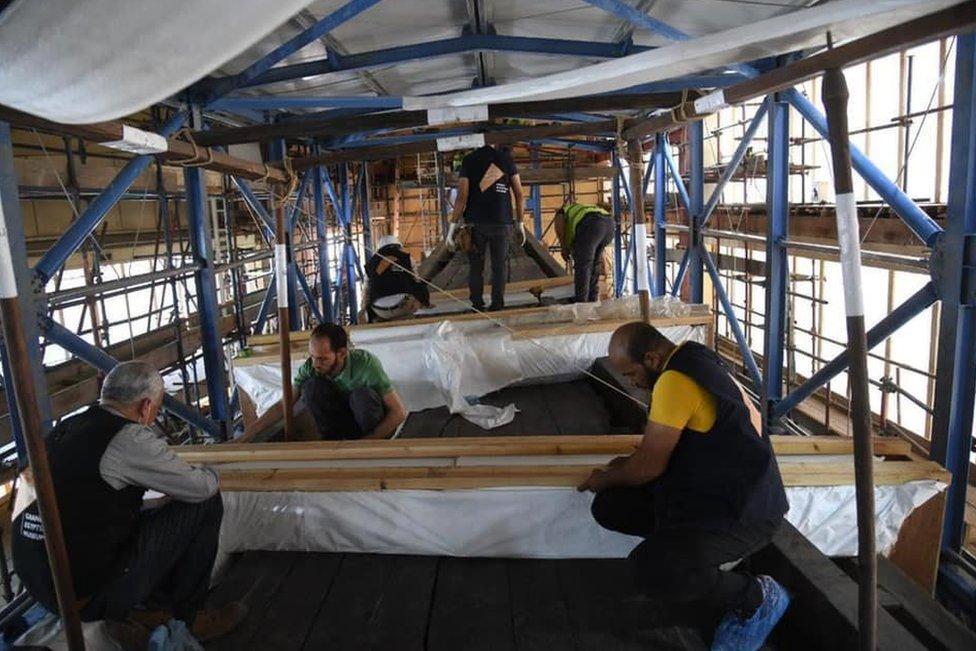 Para pakar bekerja di dalam Kapal Agung Khufu.