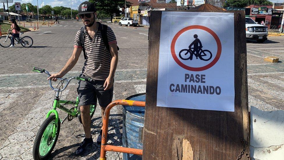 Hombre en bicicleta por Santa Cruz, Bolivia