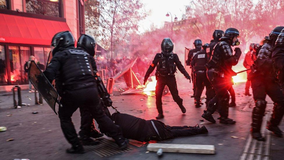 """جانب من مواجهات الشرطة الفرنسية مع المحتجين ضد مشروع """"القانون الشامل"""""""