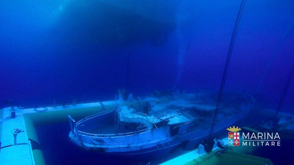 Labores de rescate del barco naufragado desde el lecho marino.